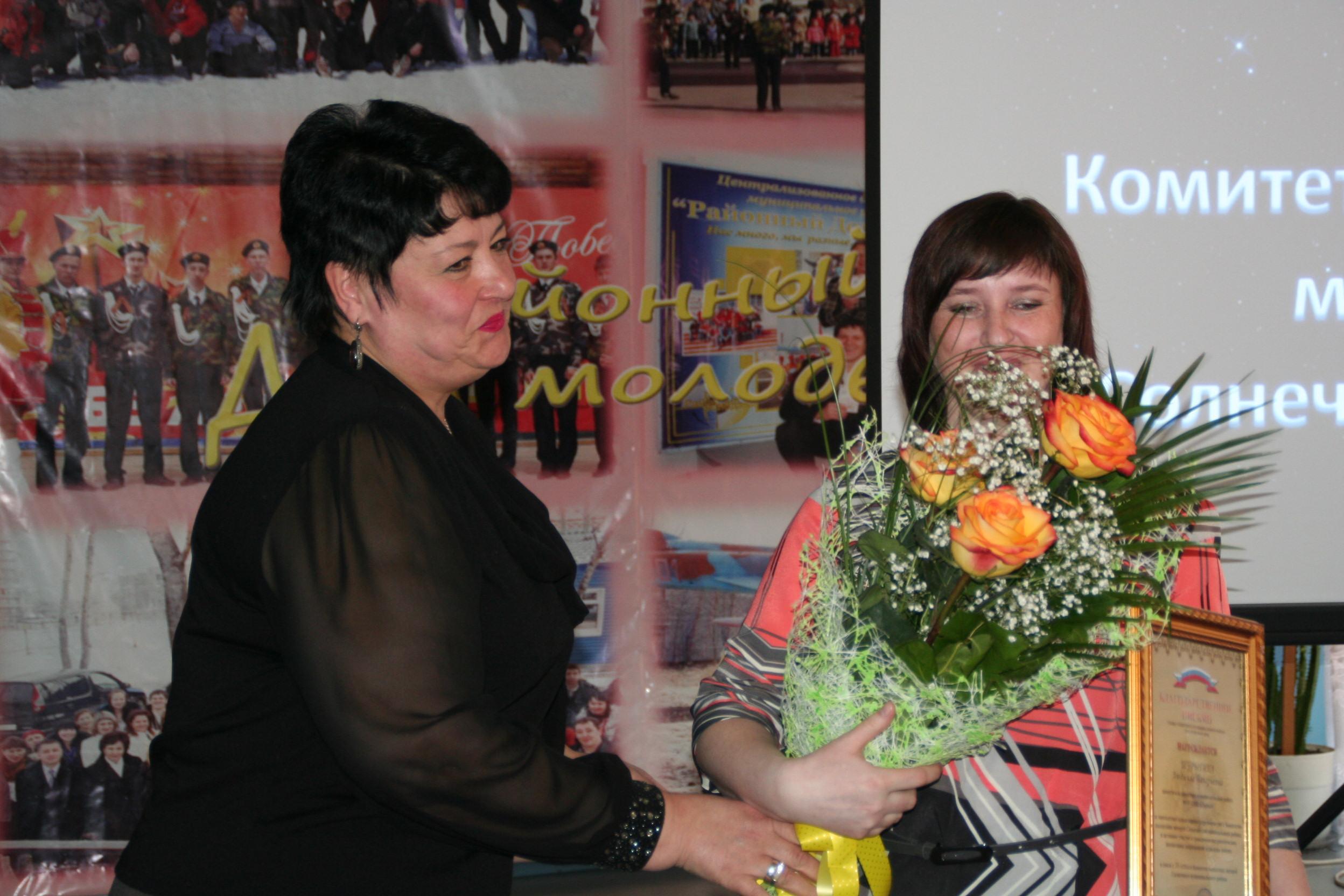 Грамоту Шурыгиной Л.В. вручает и.о. главы Солнечного муниципального района М.Г.Адова